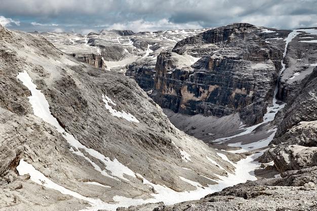 Доломитовые скалы горы покрыты снегом