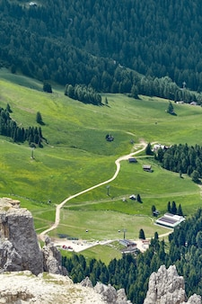 山の曲がりくねった道