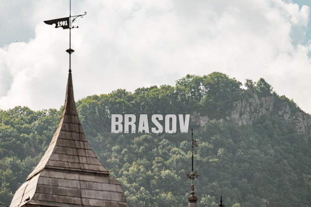 日光の下で山の頂上でブラショフの碑文