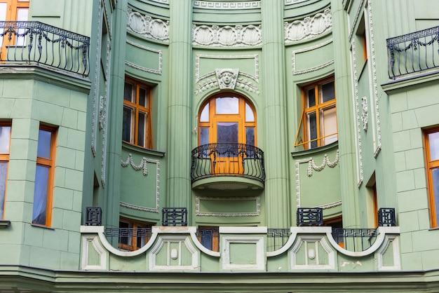 Красивый зеленый дом с балконом в готическом стиле