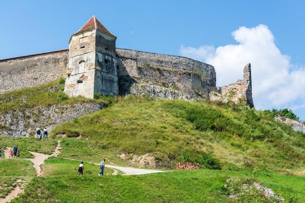 人々はラスノフ城塞への道を登る