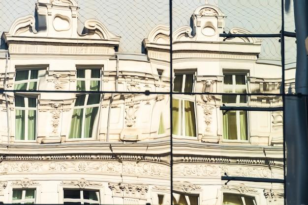 鏡の中の古い建物の反射