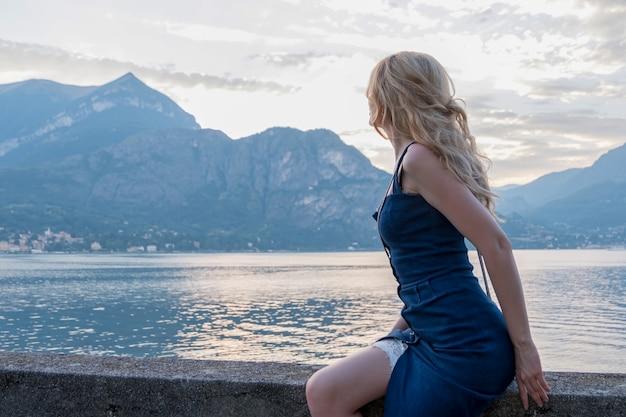 山の青いドレスの女性の肖像画