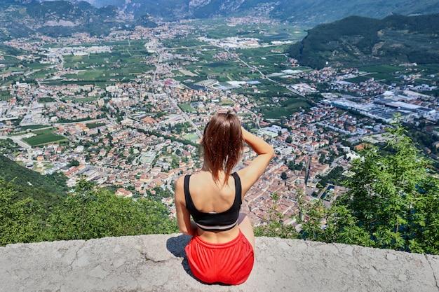 山の風景を持つ少女