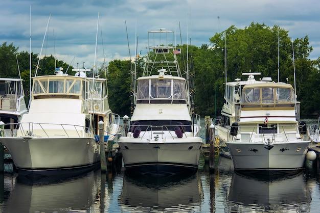 ボストン市の川のヨットボート