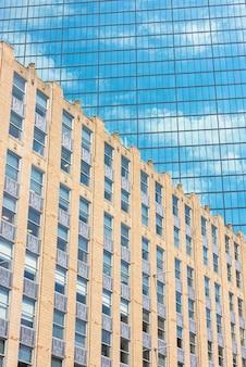 Стеклянная башня в центре города бостон