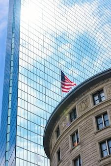Стеклянная башня с белыми облаками в городе бостоне