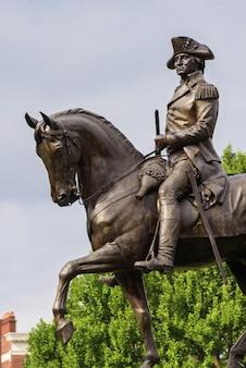 ボストンの公園でワシントンの像