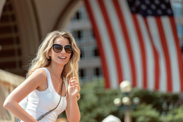 Красивая женщина гуляя по улицам города бостона