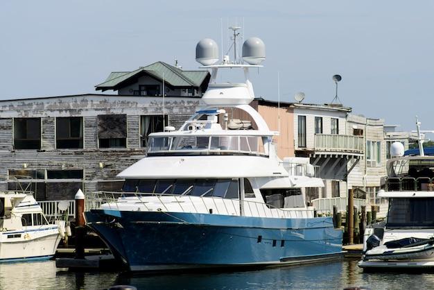 Якорная яхта в бостоне америка