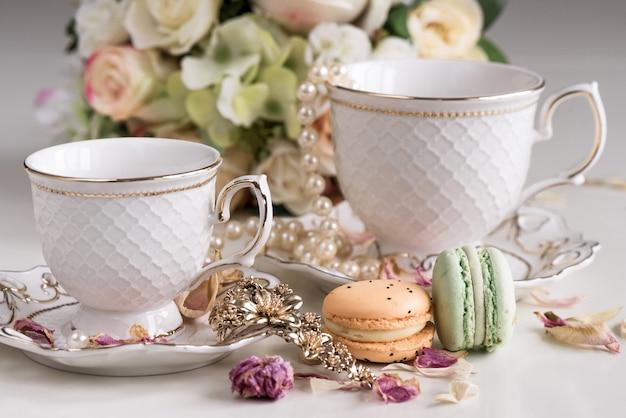 Рождественская композиция с цветами и белыми чайными чашками