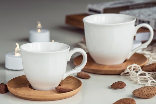 ホワイトコーヒーティーカップとアーモンドナッツの組成