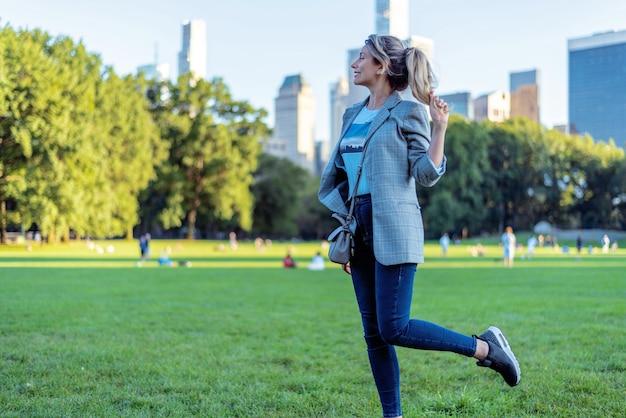 Блондинка в центральном парке в нью-йорке