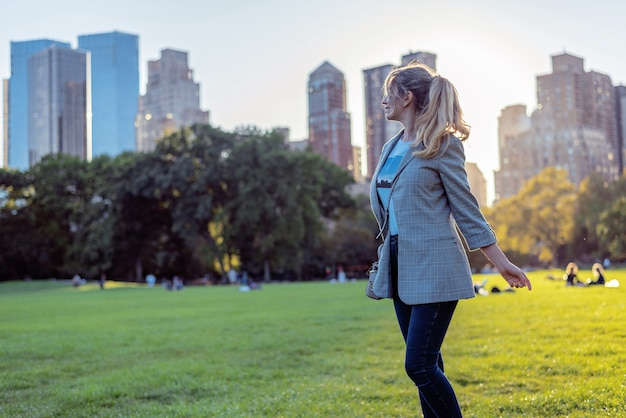 Белокурая кавказская женщина на центральном парке в нью-йорке