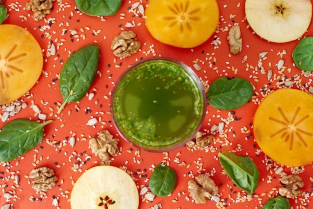 Шпинатно-зеленый коктейль с бамбуковой соломкой