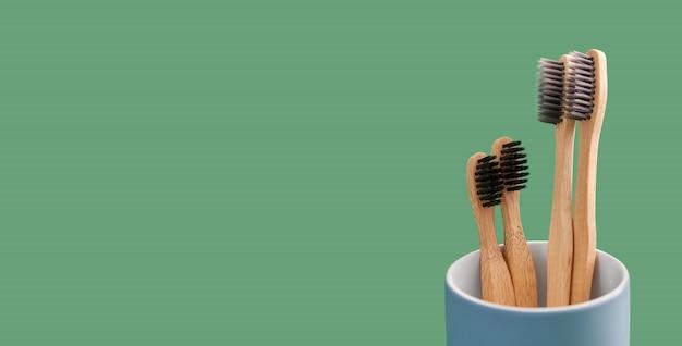 青いセラミックホルダーに竹の歯ブラシ