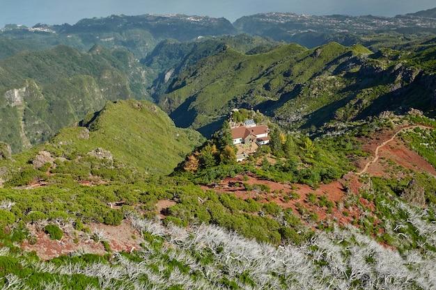 Дом расположен на холмах мадейры, португалия