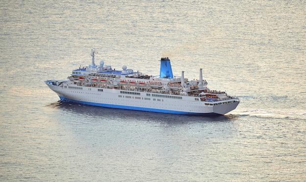 Большой корабль движется по воде недалеко от мадейры, португалия