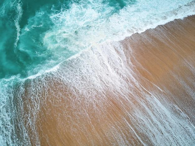 Северный пляж и океан в назаре, португалия