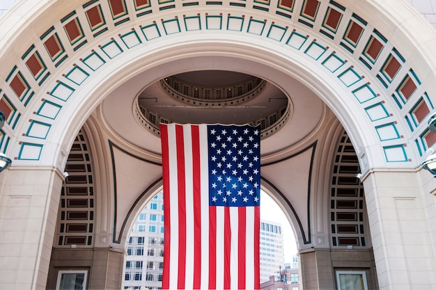 ボストンの港と港で大きなアメリカの国旗