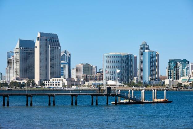 カヤックボートがある桟橋、サンディエゴのダウンタウンのスカイライン