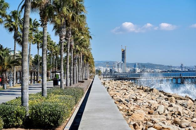 晴れた日に地中海の街の桟橋