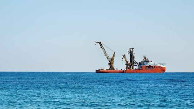 Работающий промышленный грузовой корабль в море