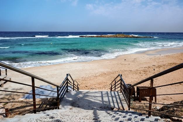空のビーチに通じる階段