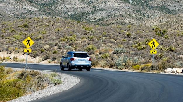 アメリカ、ネバダ州、レッドロックキャニオンの道路上の車