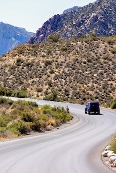 米国ネバダ州の道路上の車