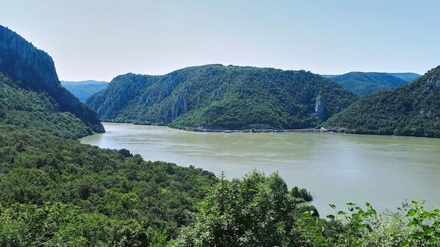 岩が多い川辺のドナウ川