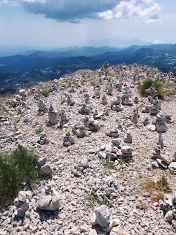 モンテネグロの山のロックバランシング