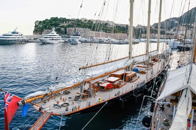 モナコの係留された古い船