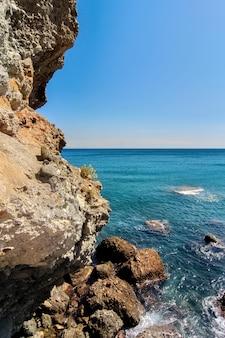 イタリア、サヴォーナの岩だらけの海岸