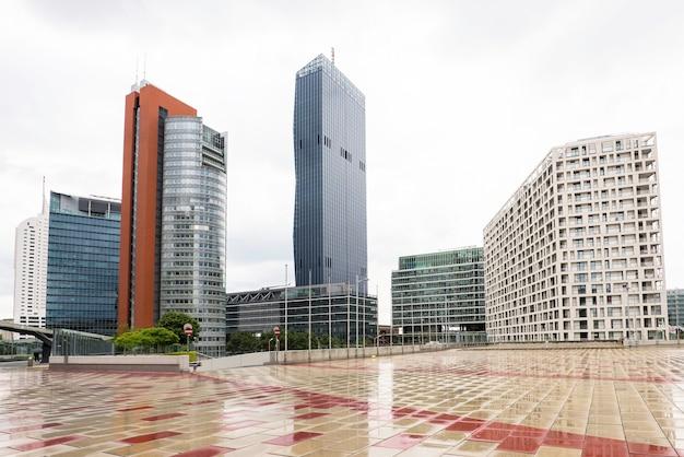 高層ビルを持つ金融街の眺め