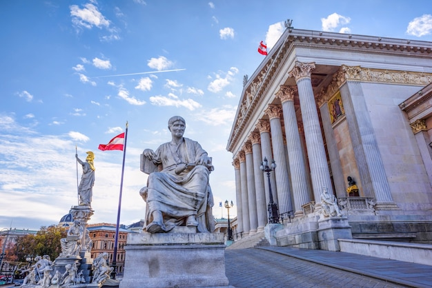 Римская статуя в историческом здании австрийского парламента в вене