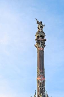 Памятник колумбу на набережной в барселоне, каталония, испания