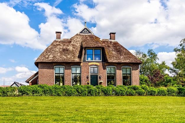 Традиционный дом с деревенской соломенной крышей в нидерландах