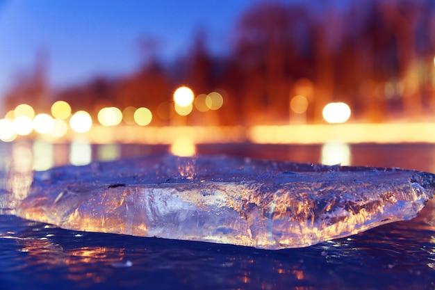 Лед с огнями и отражениями