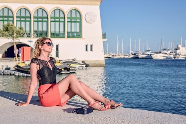 Женщина, наслаждающаяся летом в лимассоле, кипр