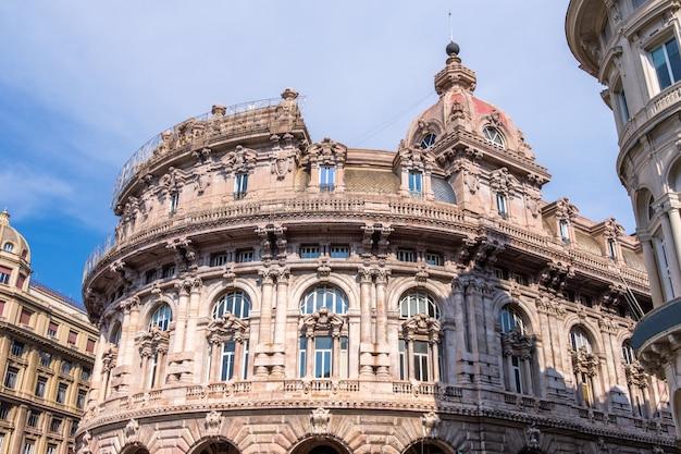 Здание банка на площади пьяцца де феррари в генуе