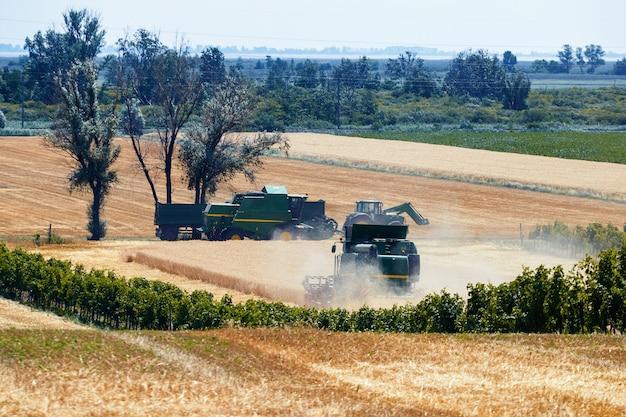 畑で働く収穫機を組み合わせる