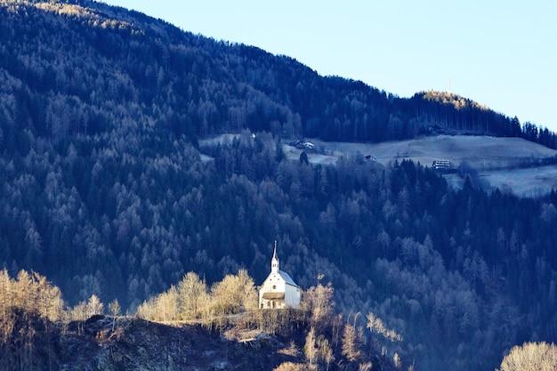 山の崖の上の教会