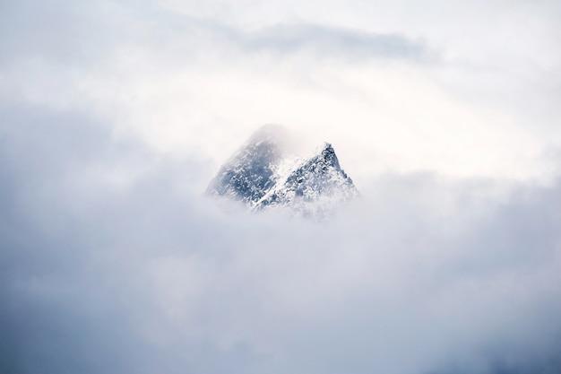 雪に覆われたスイスの山