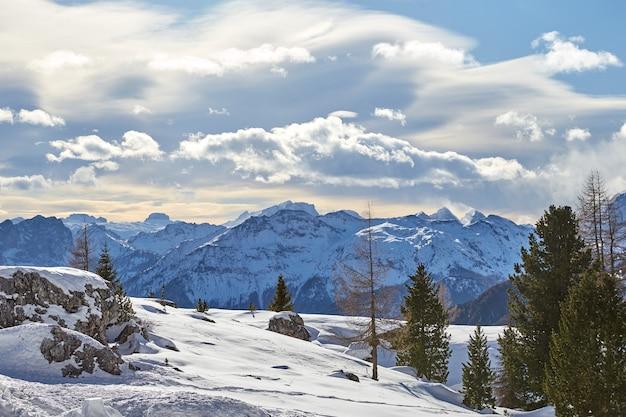 雪に覆われたドロミテ山脈