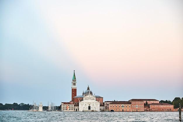 水の上の有名な大聖堂とヴェネツィア市