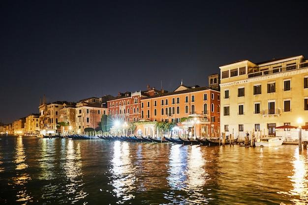 水の上のヴェネツィア市内のカラフルな建物の夜の街並み