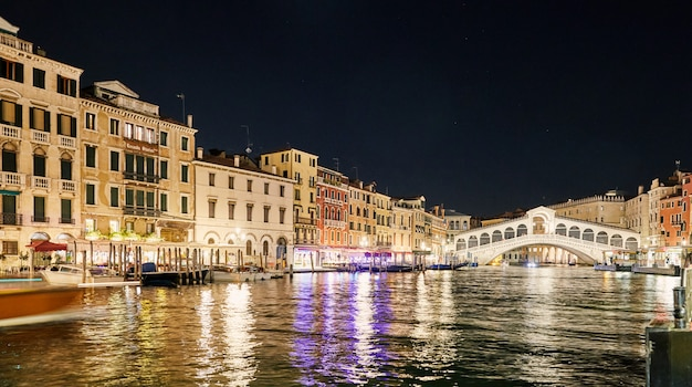 ヴェネツィアの夜の街並み