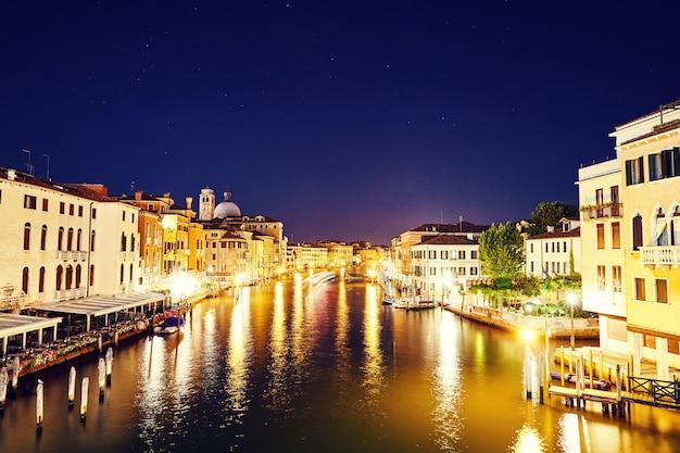 Ночной городской пейзаж венеции