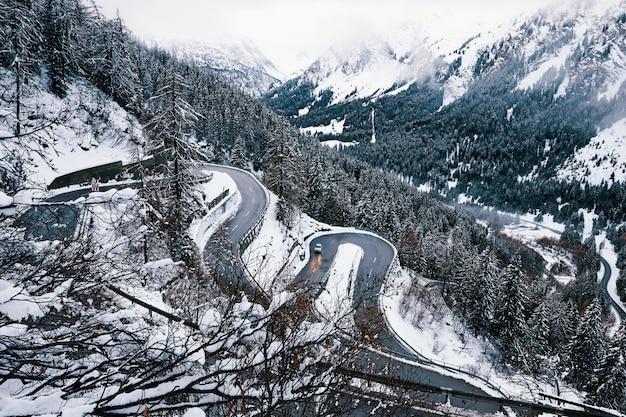 山の中の曲がった道